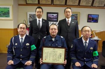 感謝状を受け取った山本さん(前列中央)と小林署長(同左)=13日、東金署