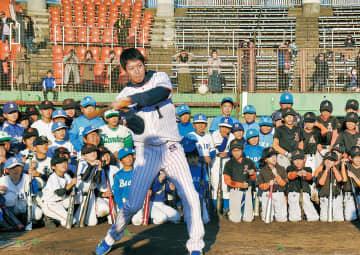 一流の技術を子どもたちへ  ヤクルト青木、山田選手らが野球教室