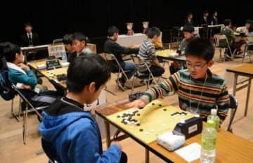 囲碁日本一を懸けて真剣勝負を繰り広げる小学生ら
