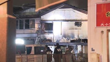 住宅5棟焼失 住人の2人死亡か 2人と連絡取れず