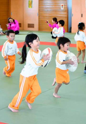 ラグビーボールを手に笑顔 普及教室で園児駆け回る