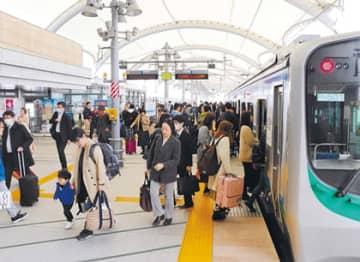 乗客で混み合う仙台空港駅のホーム