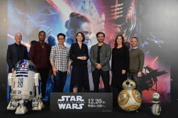 向かって左から、C-3PO役アンソニー・ダニエルズ、ジョン・ボイエガ、J・J・エーブラムズ監督、デイジー・リドリー、オスカー・アイザック、キャスリーン・ケネディ、脚本家クリス・テリオ