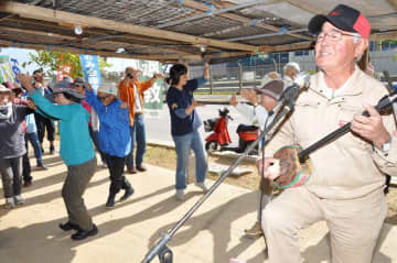歌三線を交えながら辺野古新基地建設に抗議する市民ら=14日、名護市辺野古の米軍キャンプ・シュワブゲート前