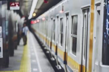 2歳男児が地下鉄ホームから転落死 「悔やまれる一瞬」母親はなぜ手を放したのか