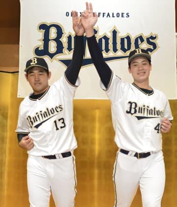 オリックスの新人選手の入団記者会見でポーズをとる宮城大弥投手(左)と前佑囲斗投手=14日、大阪市