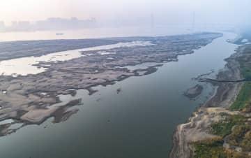 渇水期を迎えた長江中下流域 河床や砂州が露出