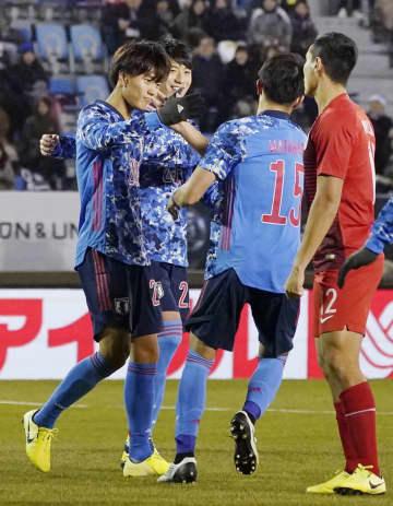 日本―香港 後半、ハットトリックとなる5点目を決め、喜ぶ小川(左端)=釜山(共同)