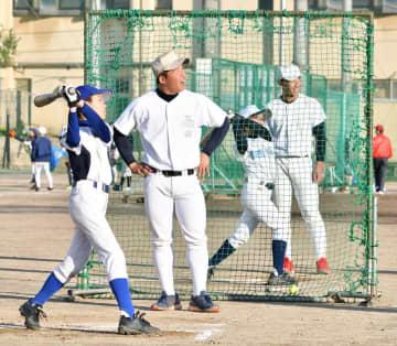 小学生にアドバイスをする市立船橋高校の野球部員=14日、市立船橋高校グラウンド