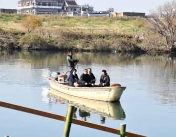 松戸市側の船着き場に到着する渡し船=松戸市