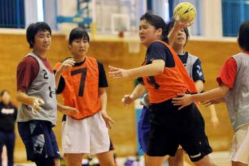 高校生を相手に実戦練習を重ねる女子選抜チームの選手たち=佐世保市、大野中体育館