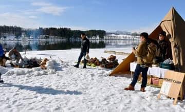 湖畔にテントを張ってたき火などを楽しんだ「ドツキ市」のイベント=尾花沢市・徳良湖畔