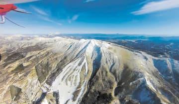 無人飛行機のカメラで秋田県側から撮影した秋田駒ケ岳=9日(湯沢河川国道事務所提供)