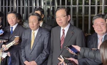 会食後、取材に応じる立憲民主党の枝野代表(中央左)と共産党の志位委員長(同右)ら=15日夜、東京都内