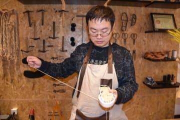 天津市の老舗靴店「老美華」で受け継がれる伝統技術
