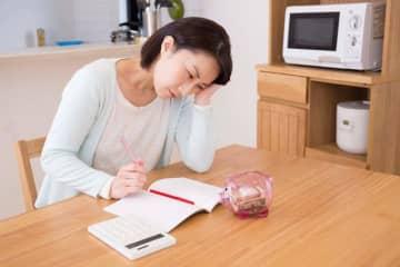 相談者は、教育ローンやその他の借り入れの返済で、貯蓄ゼロの状態が続く、52歳のパートで働く主婦の方。すでに子どもは独立しているが、ローンの完済はご主人が70歳のとき。今後の家計管理や老後の準備について、ファイナンシャル・プランナーの深野康彦さんがアドバイスします。