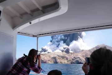 噴火し、噴煙を上げるニュージーランドのホワイト島=9日(マイケル・シャーデさん提供、共同)