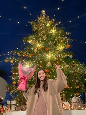 新木優子、クリスマスツリーをバックに花束&ピース!