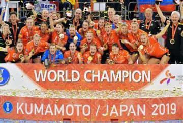 優勝メダルを手に喜びを爆発させるオランダの選手たち=15日夜、熊本市東区のパークドーム熊本(高見伸)