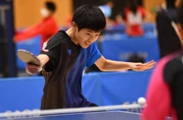 【男子決勝リーグ 四日市南戦シングルスで勝利した野島翼(朝陽)=津市産業スポーツセンターで】