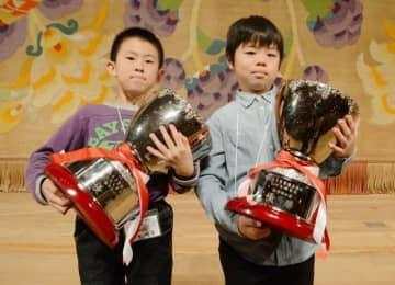 高学年の部で優勝した鈴木君(左)と、低学年の部を制した長尾君