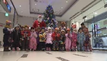 園児が飾ったクリスマスツリーがデパートに 使わなくなった紙製品再利用 北海道札幌市