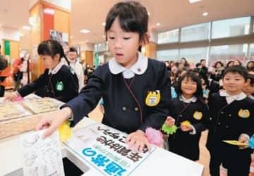 年賀状を投函する千代町幼稚園の園児たち=16日、大分市の大分中央郵便局