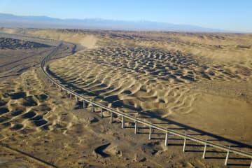 まるで沙漠に横たわる巨竜 壮大な沙山溝特大橋をゆく 甘粛省