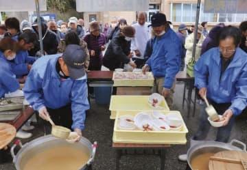 来場者にイセエビ汁100食を振る舞った(15日、和歌山県串本町樫野で)