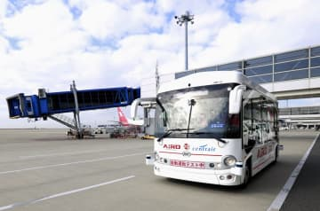 実証実験で自動走行するマイクロバス=16日午後、中部空港