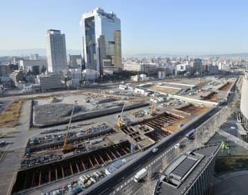 JR大阪駅北側の再開発地区。下は新駅の工事現場=16日午後、大阪市