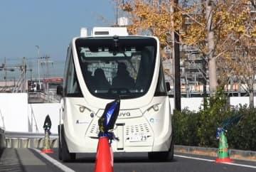 大阪市で行われた自動運転バスの走行実験=16日