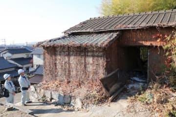 岡山市の略式代執行による撤去が始まった空き家=北区花尻