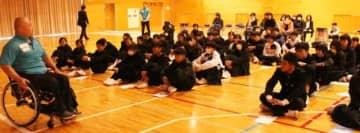 馬島誠さん(左)の体験談を聞く生徒や保護者ら=中津市耶馬渓町柿坂の耶馬渓中