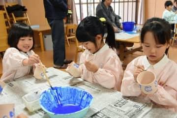 思い思いに絵付けを楽しむ園児たち=16日、米子市義方町のあけぼの幼稚園