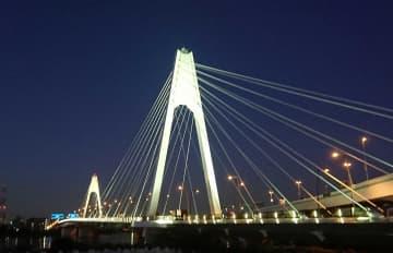 11月に行われた大師橋の試験点灯(川崎市提供)