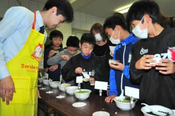 自分だけのスープ作りに挑戦、東洋水産が白銀南小でフリーズドライ食品講座