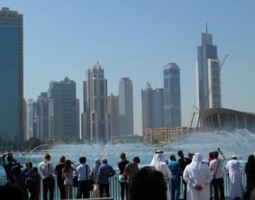 UAEのドバイにある「ドバイ・ファウンテン」。世界最大とされる噴水ショーは人気で、世界各国の人でいつも賑わっている。しかし、かつて多くの人が訪れていたカタールからの観光客の姿は今はない=伊勢本ゆかり撮影