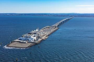 県内聖火リレーの出発地点となる東京湾アクアラインの海ほたる(手前)=県提供