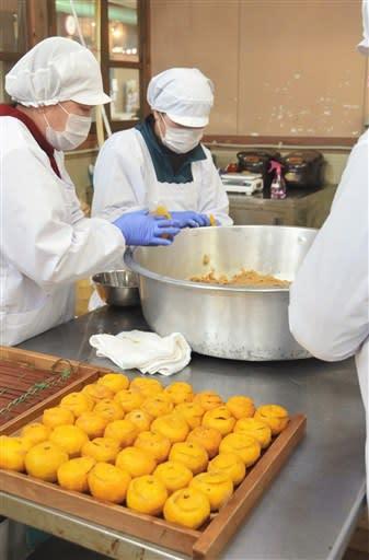 下村婦人会市房漬加工組合が手作りしている柚餅子=湯前町