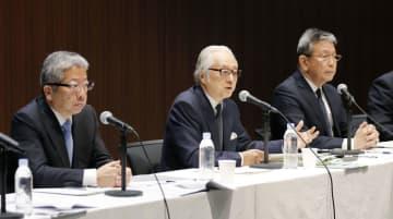 9月30日、記者会見する(左から)日本郵便の横山邦男社長、日本郵政の長門正貢社長、かんぽ生命の植平光彦社長=東京・大手町
