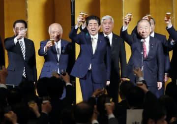 2018年4月、自民党の地方議員研修会後の懇親会で乾杯する安倍首相=東京都内のホテル