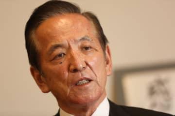 衆院議員会館の自室で11月26日、インタビューに答える中村喜四郎衆院議員