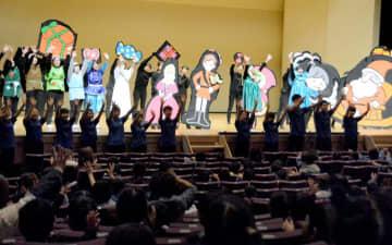 生き生きとした演技や歌で園児を楽しませる学生ら