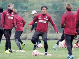天皇杯準決勝に向けた神戸の練習で体を動かすDF那須(中央)=神戸市西区、いぶきの森球技場