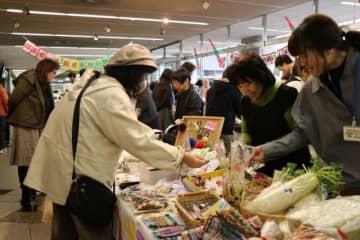 障害者らが作った小物や菓子を購入する人でにぎわう会場