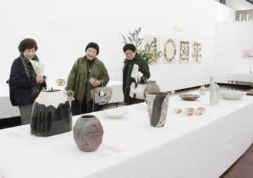 会員たちの力作が並ぶ県陶芸同好会展