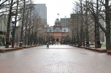 道内聖火リレーのゴール地点となる札幌市北3条広場「アカプラ」。イチョウ並木の向こうに道庁赤れんが庁舎が見える人気スポットでの盛り上がりが期待される