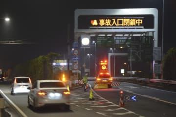 事故で通行止めとなった首都高湾岸線の入り口付近=18日午前5時26分、川崎市川崎区