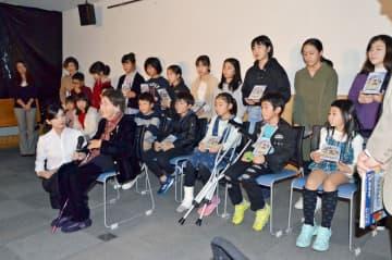 作品上映を終え、出演者の舞台あいさつをする権藤千秋さん(前列)と子どもたち=佐賀市白山の佐賀商工ビル